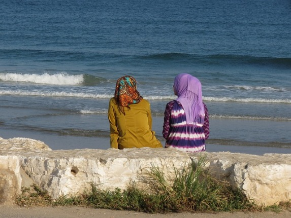 Networking Knowledge: Othering Race and Ethnicity in Media and Popular Culture. The issue cover pictures pictures two muslim women at the seaside.